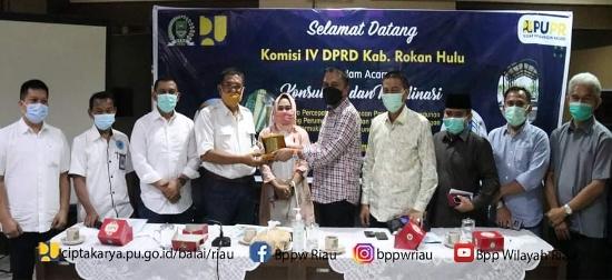 Penyerahan cinderamata disela kunjungan DPRD Rohul ke BPPW Riau