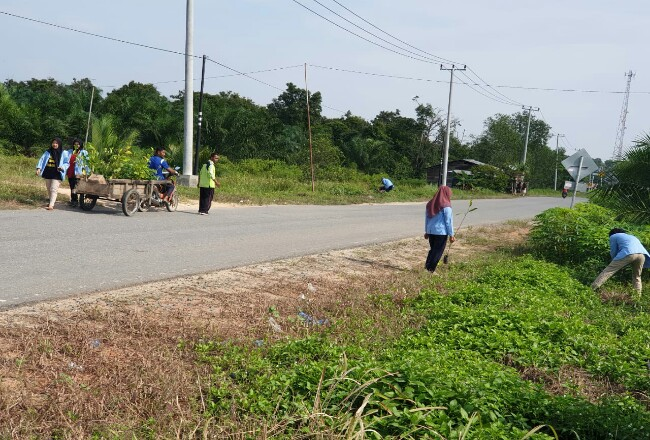 Tim Kukerta Unri melaksanakan penanaman bibit pohon di Desa Sukajadi, Bengkalis.