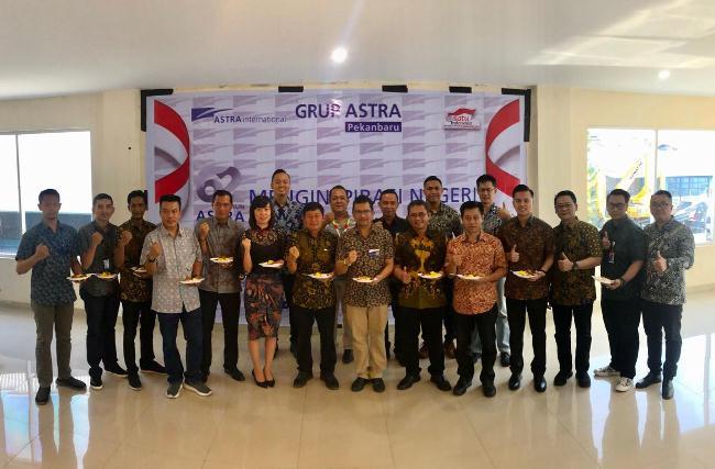 Manajemen anak perusahaan Astra Group Pekanbaru foto bersama
