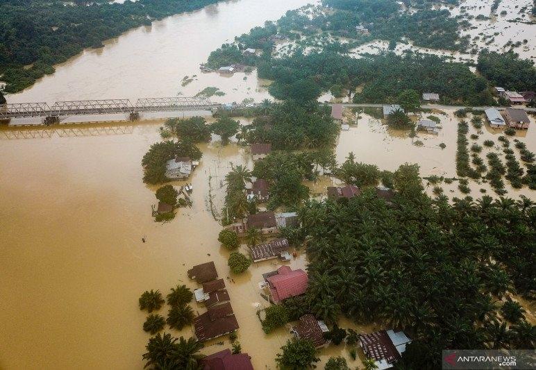 Kondisi banjir terlihat dari udara akibat luapan Sungai Subayang di Kecamatan Gunung Sahilan Kabupaten Kampar, Riau, Rabu (11/12/2019). FOTO: Antara