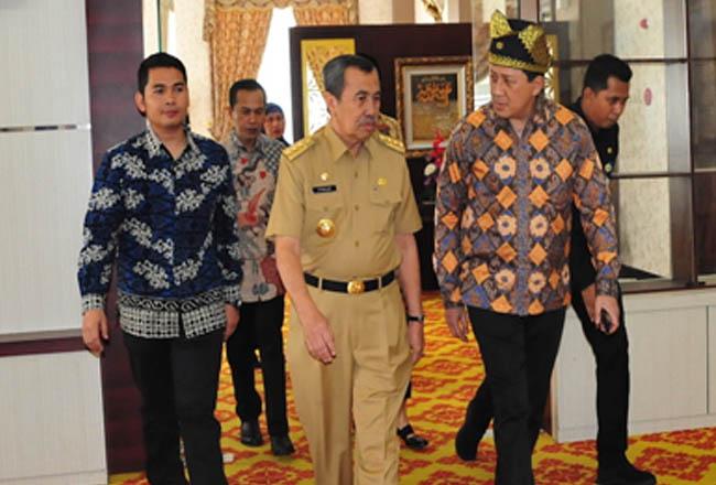 Gubri H Syamsuar saat menjemput kedatangan Kepala Badan Ekonomi Kreatif (Bekraf).