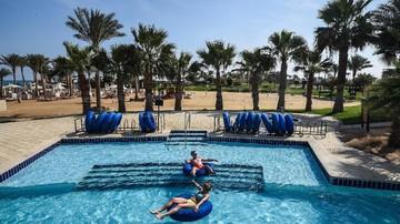 Ilustrasi. Turis bersantai di kawasan resor Hurghada, Mesir. FOTO: AFP/Mohamed El-shahed