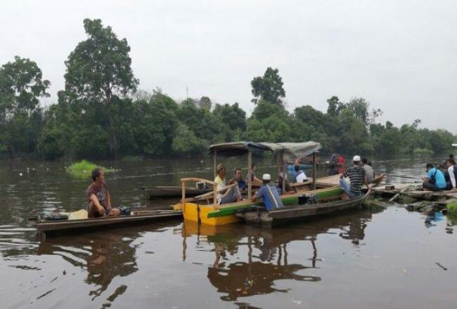 Tim Satpol PP dan BPBD Pelalawan dibantu masyarakat mencari seorang nelayan yang diduga tenggelam di Sungai Kampar.