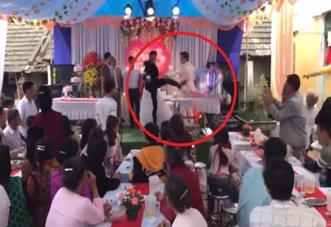 Pengantin pria ngamuk di pernikahanPengantin pria ngamuk di pernikahan. FOTO: Screenshot Youtube