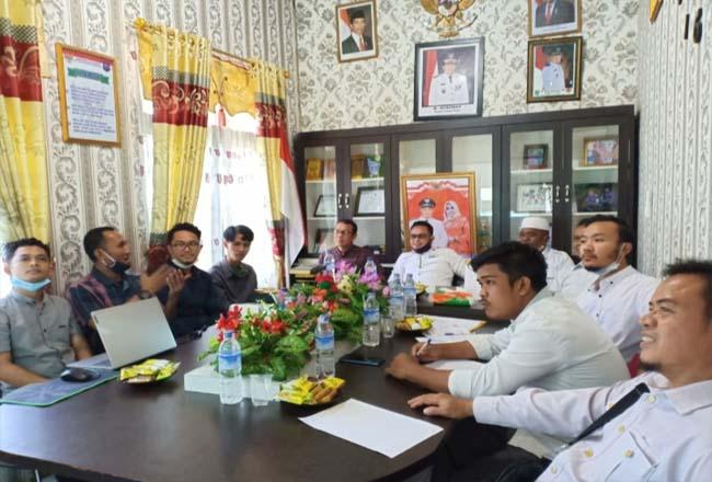 Tim Hoscloud CV Mitra Teknologi Digital Pekanbaru Zaki Latul Ilmi, melakukan presentasi sekaligus serahterima dengan Kades Aliantan M Rois dan perangkat liannya terkait Aplikasi SISPEDAL di Aliantan.