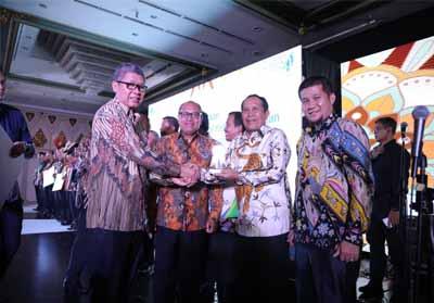 Bupati Rohul menerima penghargaan berupa tropi dan sertifikat dari Kepala BPJS Ketenagakerjaan Pusat.