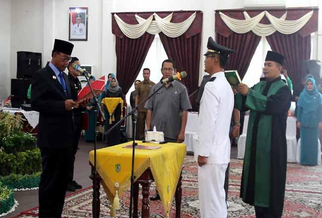 Bupati Rohil Suyatno melantik Camat Bangko.