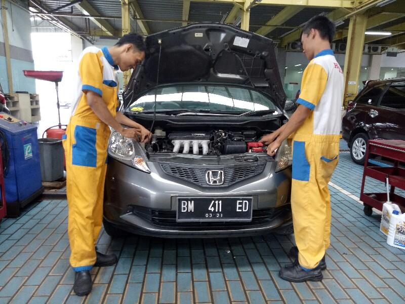 Teknisi yang terlatih sesuai standar HPM sedang melakukan service di HSH