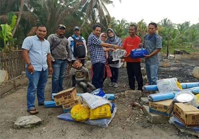 Kadis Dinsos Pelalawan, Drs Mukhtaruddin saat memberikan bantuan sembako, infrastruktur, dan kesejahteraan pada suku Akit, kemarin. FOTO: Andy Indrayanto