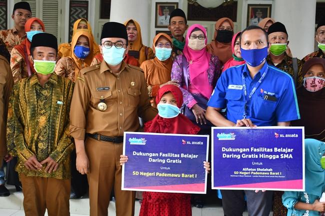Bupati Pamekasan, H Badrut Tamam (kedua kiri) bersama siswa pemenang juara III lomba menulis surat untuk Mendikbud, Selasa (2/6/2020).