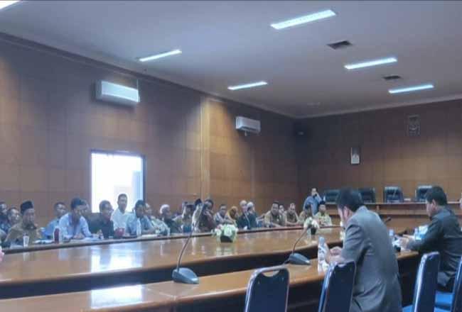 Rapat dengar pendapat PT DSI dengan DPRD Siak serta masyarakat. Foto: Antara