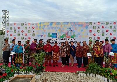 Walikota Dumai Drs H Zulkifli AS MSi didampingi Wawako Dumai Eko Suharjo SE foto bersama usai melakukan Groundbreaking proyek SPAM Kota Dumai di Bukit Timah baru-baru ini.