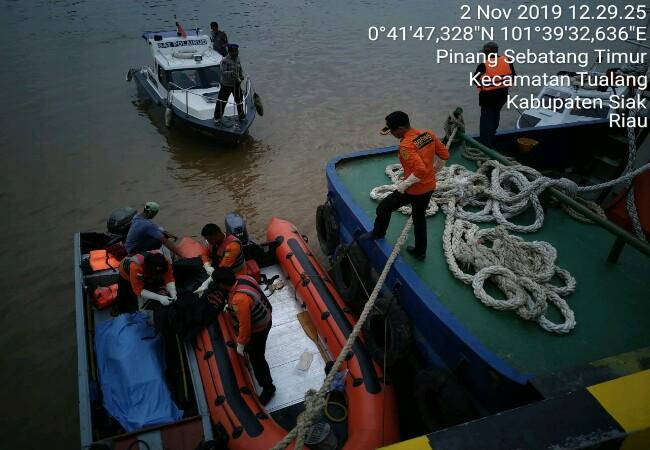 Jenazah pengemudi Tugboat Noah 08 saat dievakuasi.