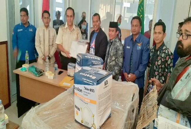 Ketua DPRD Rohul Kelmi Amri bersama pengurus lainnya, menyerahkan bantuan 42 paket APDke Ketua IDI Rohul, yang nantinya APD itu jadikebutuhan bagi tenaga medis yang menolong pasien positif virus corona di Rohul.