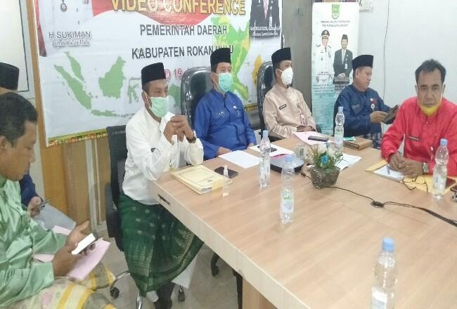 Sekda Rohul Abdul Haris bersama kepala OPD, saat VideoConference (Vicon) dengan Sekdaprov Riau dengan seluruh Sekda se Provinsi Riau.