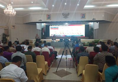 Rapat pencegahan pemadaman Karhutla dengan Gubernur Riau Syamsuar di Balai Serindit Aula.