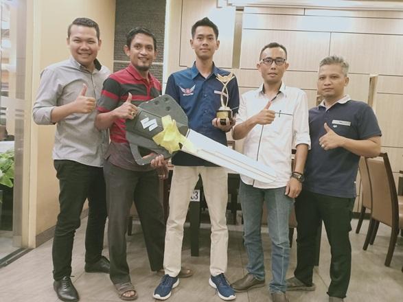 GM Suzuki RJC, Jimi Mardianto (kiri) foto bersama Sugono dan manajemen Suzuki RJC