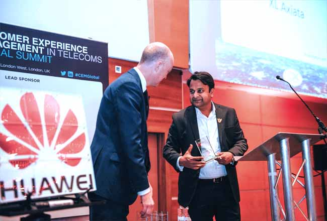 Group Head Marketing Strategy & Analytics XL Axiata, Dheeraj Kumar (kanan) menerima penghargaan 15th Annual Customer Experience Management in Telecoms Global Summit 2020 di London akhir Januari 2020 lalu.