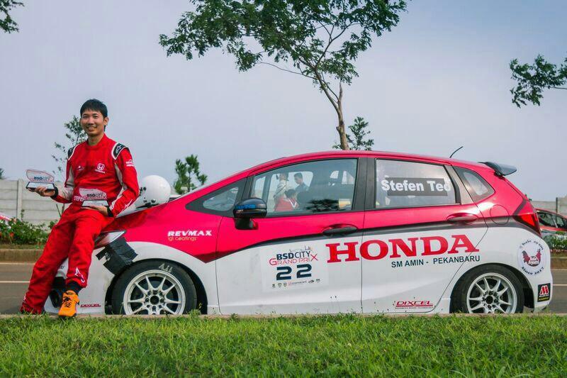 Stefan Teo memboyong trofi juara umum ITCC 1600 Max ke Pekanbaru. Foto : Mobillinanews