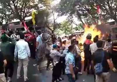 Suasana ricuh saat polisi terbakar di Cianjur.
