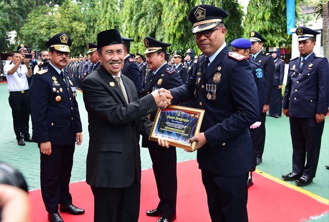 Gubri H Syamsuar menyerahkan Piagam Penghargaan Pada Upacara Hari Dharma Karyadhika tahun 2019, di  Kantor Wilayah Kemenkumham Riau, Jl. Jend. Sudirman Pekanbaru, Rabu (30/10/2019).