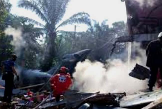 Pesawat TNI jatuh menimpa rumah warga di Kubang Jaya, Kampar. Foto: Antara