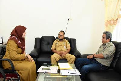Kepala Dinas Ketahanan Pangan Kabupaten Bengkalis, Syafrizan didampingi Kepala Bidang Konsumsi dan Keamanan Pangan Susy Hartati, bersama Kepala P3M Polbeng Akmal Riadi, Senin 9 September 2019.
