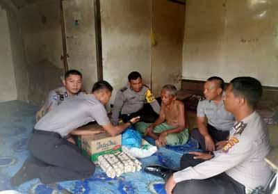 Polsek Bangko berikan bantuan pada warga tak mampu.