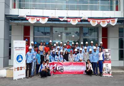 Karyawan PT ESM, pihak PT CDN Dumai dan Tim safety riding Capella Honda Riau foto bersama usai sosialisasi.