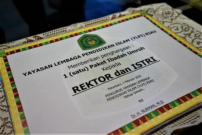 Hadiah paket umroh untuk Rektor UIR Prof Syafrinaldi dan istri