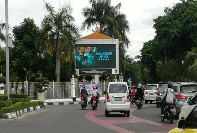 Iklan rokok videotron Jalan Sudirman Pekanbaru.