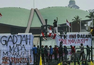Sejumlah mahasiswa dari berbagai perguruan tinggi di Indonesia berunjuk rasa di depan gedung DPR, Jakarta, Selasa (24/9/2019). Foto: Antara