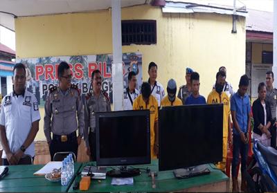 Para tersangka dan barang bukti dalam ekspos Kepolisian Sektor (Polsek) Bangko .