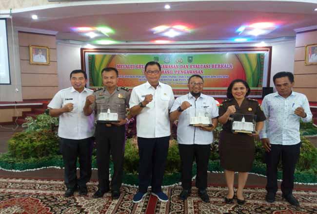 Bupati Suyatno memberikan cendra mata kepada kepala Inspektorat Provinsi Riau pada acara Rakor Pengawasan dan Evaluasi Berkala Temuan Hasil Pengawasan.