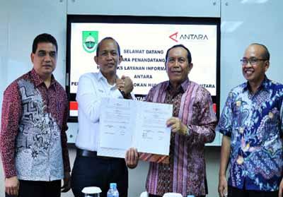 Bupati Sukiman menunjukan MoU yang dilakukan dan Perjanjian Kerja Sama (PKS) Layanan Informasi Publik dengan Perusahaan Umum (Perum) Lembaga Kantor Berita Nasional (Perum LKBN) Antara, dipusatkan di Wisma Antara, Jakarta Pusat, Senin (26/8/2019).