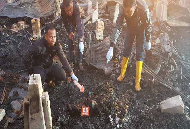 Petugas saat melakukan identifikasi penemuan mayat korban kebakaran di Rohil.