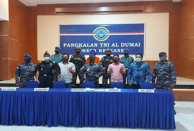 Danlanal Dumai Kolonel Laut (P) Himawan, MMSMC memimpin ekspos penangkapan Narkoba jenis sabu, Jumat (26/2/2021).