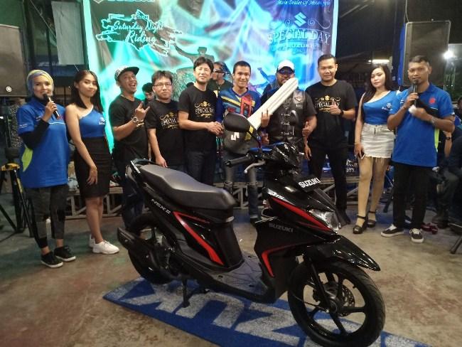 Mimuro Shunichi, Deputy Dept Head Sales & Marketing 2W danmanajemen PT SIS dan RJC foto bersama pemenang hadiah utama motor Suzuki Nex II