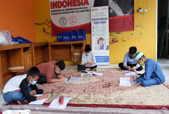 Anak-anak sedang belajar bersama dengan memanfaatkan koneksi internet fiber XL HOME Edutainment Zone di balai warga RW.16, Pondok Petir, Depok, Sabtu (19/12/2020).
