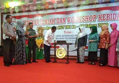 Bupati Suyatno memukul Gong pertanda dibukanya Seminar Ilmiah dan Worshop Kebidanan dalam rangka HUT IBI ke-68, di Gedung H Misran Rais, Rabu (28/8/2019) pagi.