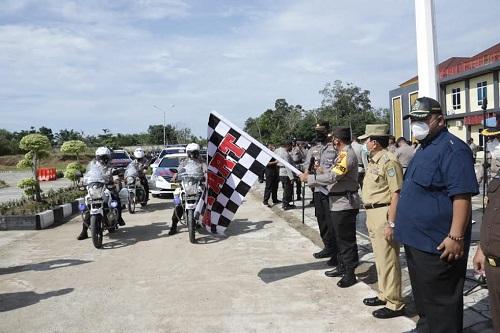 Kapolres Rohul AKBP Taufiq Lukman Nurhidayat bersama Bupati Sukiman dan pejabat Forkopimda melepas 612 personel gabungan pengamanan PSU.