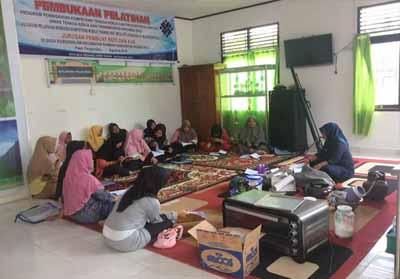 16 kaum ibu muda dan remaja di Desa Babussalam Kecamatan Rambah, mengikuti pelatihan pembuatan kue dan roti.