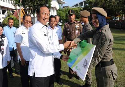 Sekretaris Daerah (Sekda) Kota Pekanbaru M Noer MBS menyerahkan kartu BPJS Ketenagakerjaan secara simbolis kepada salah satu anggota Satpol PP.