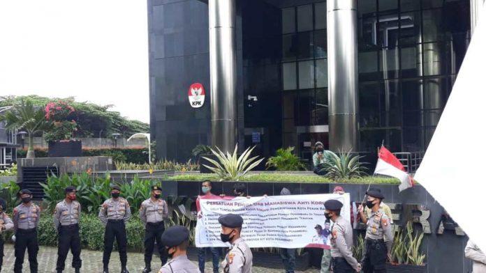 Mahasiswa menggelar aksi demonstrasi di depan Gedung Merah Putih Kantor KPK di Jalan Kuningan Jakarta.