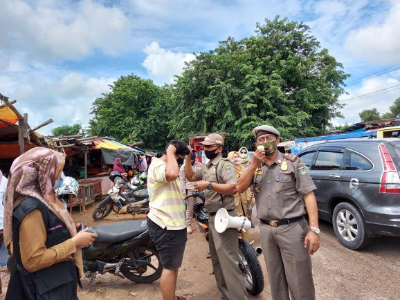 RH. Bambang Wardoyo, SH Kepala Satpol PP Kota Dumai memimpin kegiatan razia masker di pasar Dock Dumai Senin kemarin.