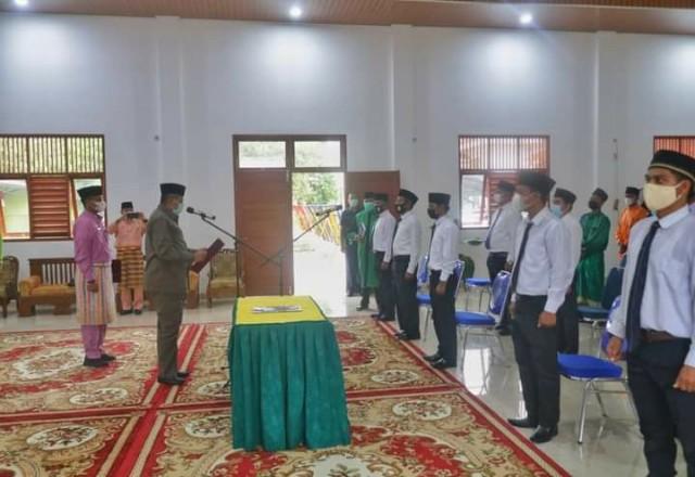 Bupati Siak Alfedri saat melantik anggota Bapekam.