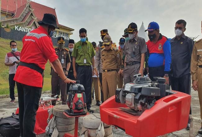 Bupati Pelalawan HM Harris bersama Forkompinda Pelalawan meninjau peralatan fire fighter PT RAPP saat apel gabungan penanganan karhutla di Pelalawan.