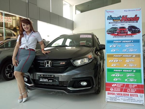 Sales counter HSH di samping Honda Mobilio