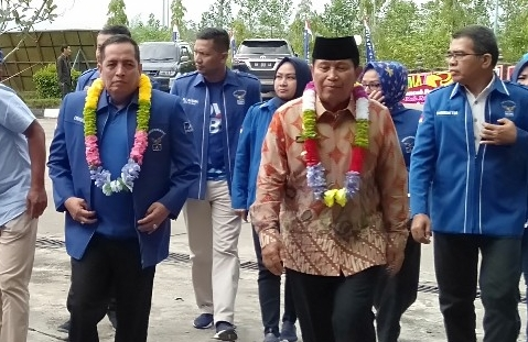 Bupati Sukiman dan Ketua DPD Partai Dmeokrat, disambut pencak silat dan klaungan bunga