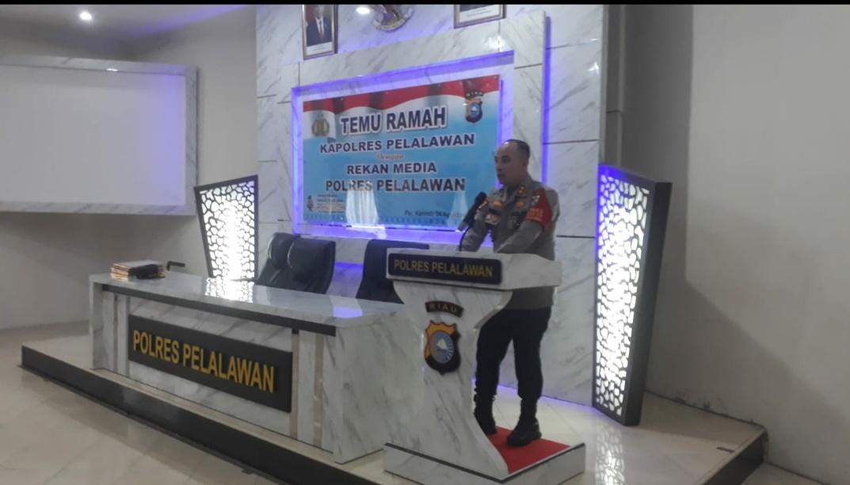 Kapolres Pelalawan, AKBP Indra Widjatmiko memberikan sambutan saat temu ramah dengan awak media, kemarin.